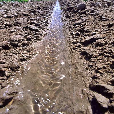 Przykład kontroli erozji przez zastosowanie PAM do flokulacji osadów gleby w wodzie. Erozja nie występuje.