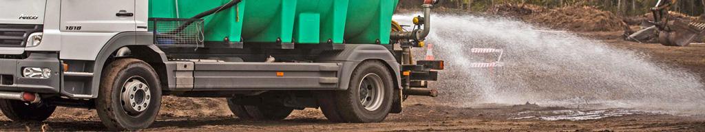Polewaczka aplikująca Green Floc wymieszany z woda to skuteczna kontrola pylenia na budowie.